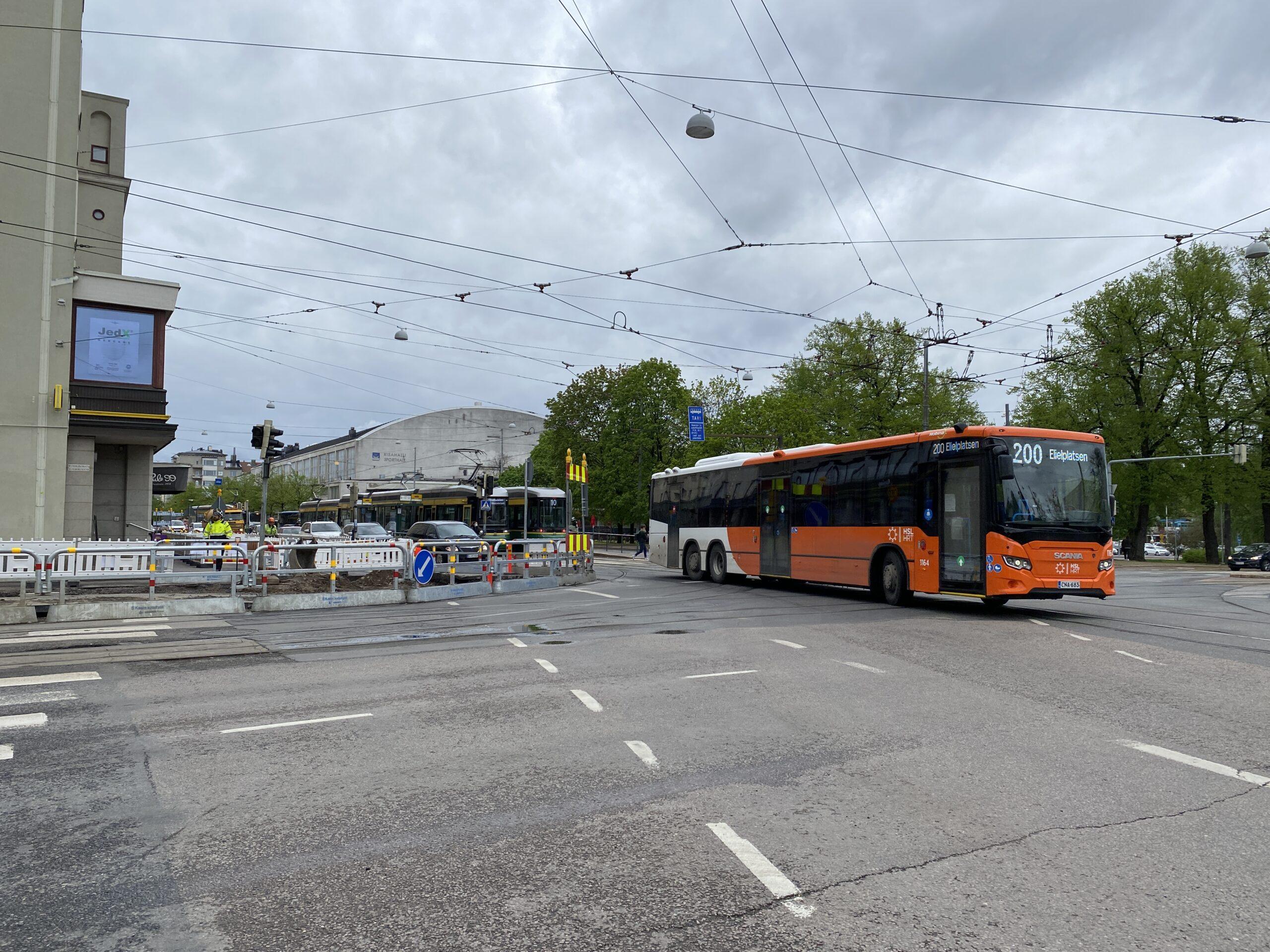 Liikennettä Runeberginkadun ja Mannerheimintien risteyksessä toukokuussa