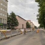 Pyörä kulkee Helsinginkadulla Kasin katutöiden työmaan sivuitse