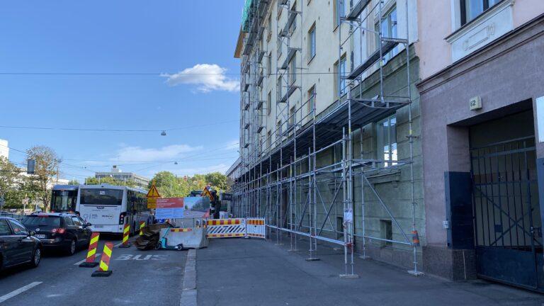 Mannerheimintien ja Runeberginkadun risteys ja talon julkisivussa telineet
