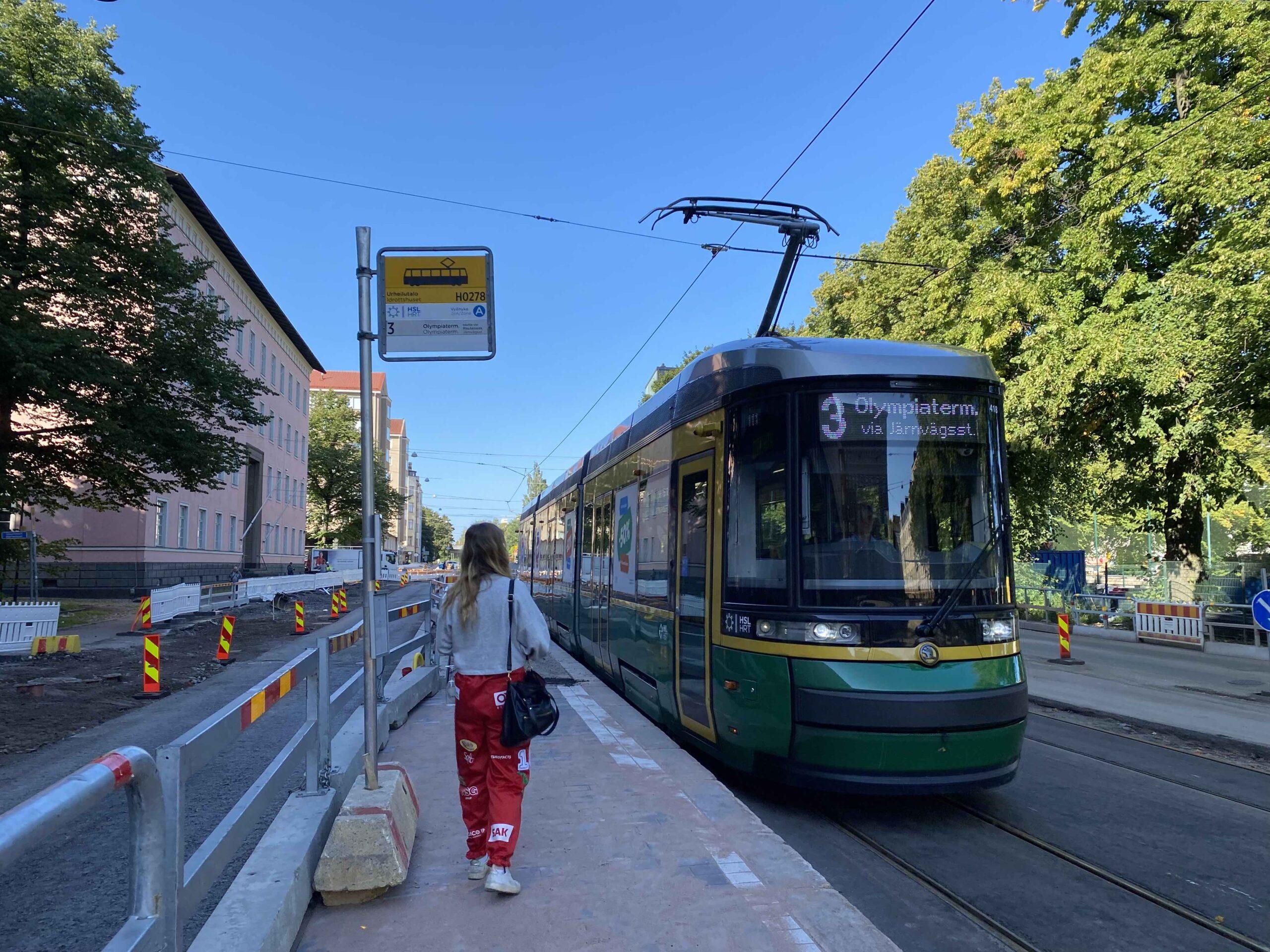 Raitiovaunu 3 uudella Urheilutalon pysäkillä Helsinginkadulla