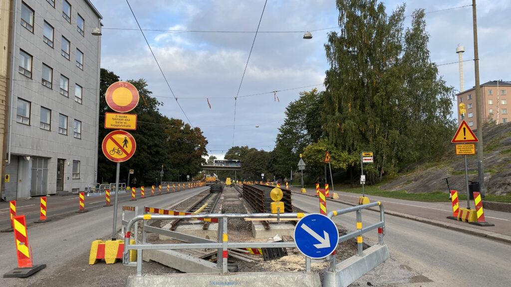 liikennejärjestelyt Helsinginkadulla, ajokaistat kumpaankin suuntaan