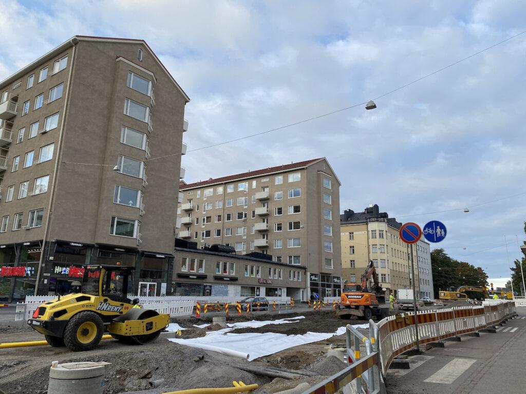 Helsinginkadulla urheilutalon edessä rakennetaan ratikkakiskoja, pysäkkiä, ajoratojen rakennekerroksia sekä vesihuoltoa