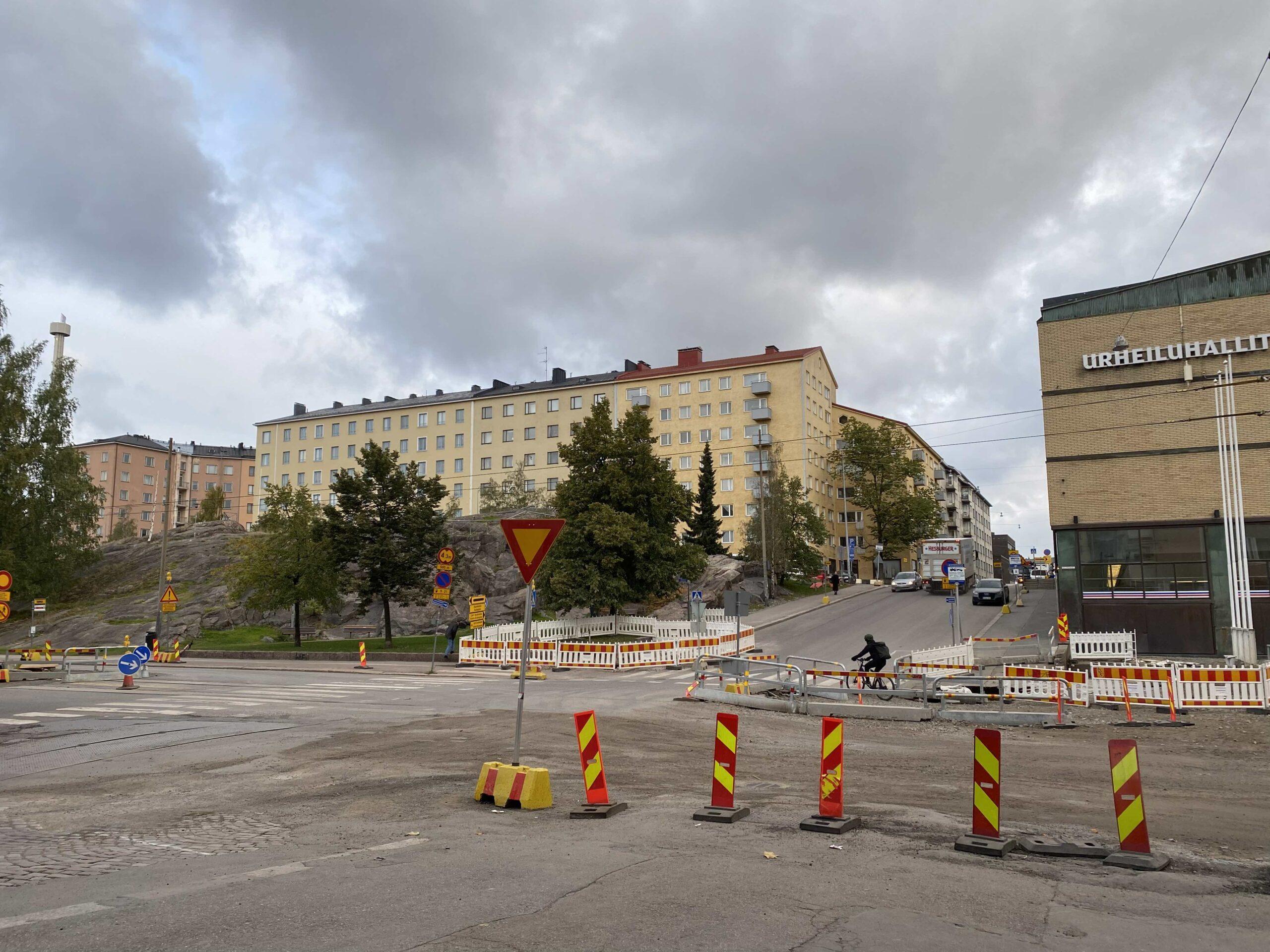 Helsinginkadun ja Kirstinkadun Kirstinkadun suunnasta risteys ennen poikkeusliikennejärjestelyjä