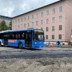 Bussi 8X ajaa Helsinginkadulla työväenopiston edustalla syyskuun lopulla